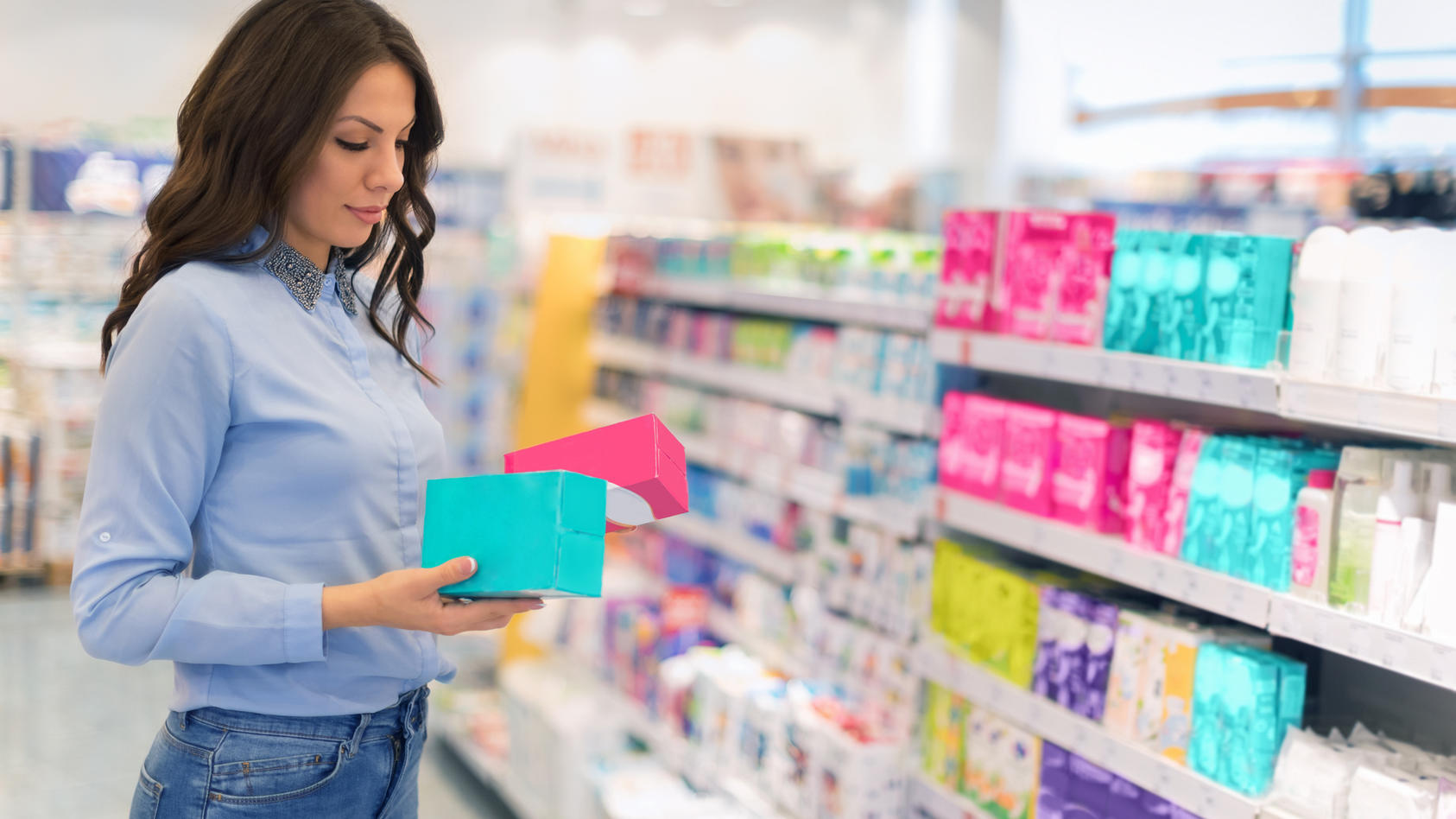 Nachdem dm am 2. Dezember mitteilte, dass der Drogeriemarkt Menstruationsprodukte wie Binden und Tampons schon vor dem kommende Jahr günstiger verkauft, zog nun auch Rossmann nach.
