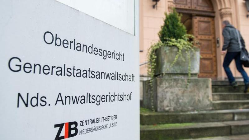 Ein Schild steht vor dem Eingang des Oberlandesgerichts in Celle. Foto: Silas Stein/dpa