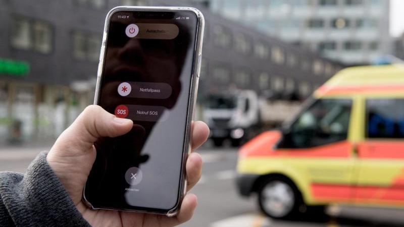 Fünfmal die Powertaste drücken und das Telefon schaltet in den Notfallmodus. Jetzt kann per Fingerwisch der Notruf gewählt oder der Notfallpass aufgerufen werden. Foto: Zacharie Scheurer/dpa-tmn