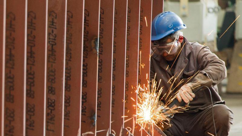 """Schiffbau im Wismar: Laut """"Social Justice Index"""" haben sich die Arbeitsmärkte seit 2008 in vielen Industrieländern deutlich erholt. Foto: Jens Büttner/zb/dpa"""