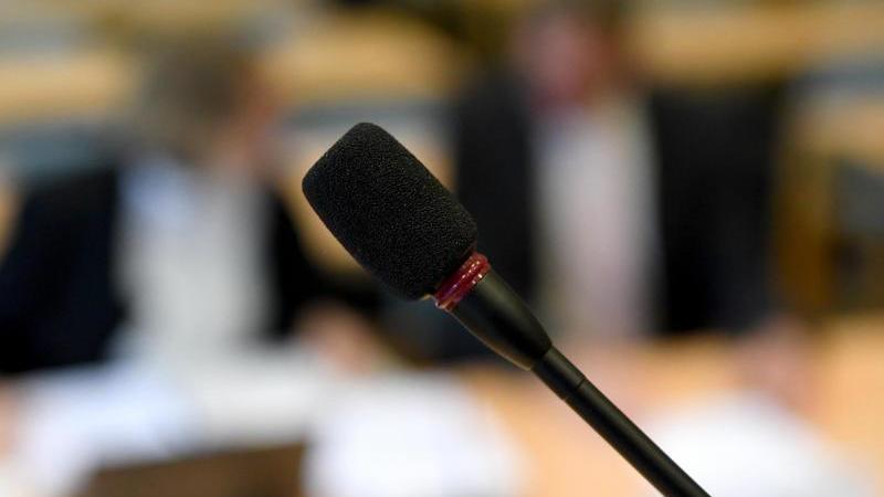 Das Mikrofon für Wortbeiträge steht im Gerichtssaal. Foto: Carsten Rehder/dpa