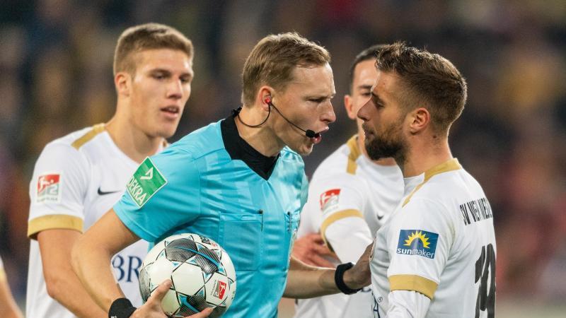 Sorgte mit einer Videobeweis-Entscheidung für Wiesbadener Ärger in Dresden: Schiedsrichter Martin Petersen. Foto: Robert Michael/dpa-Zentralbild/dpa