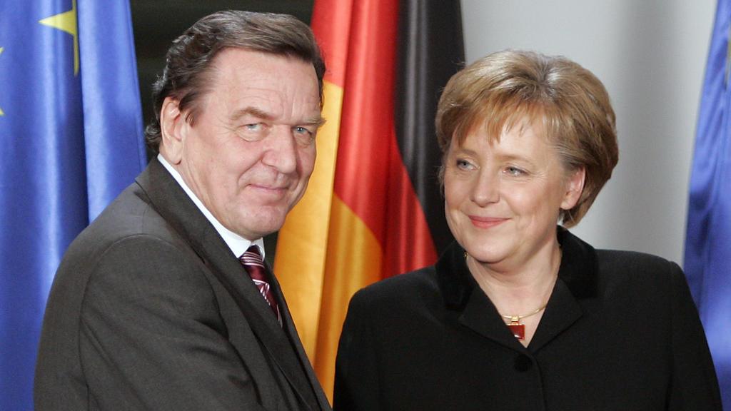 Gerhard Schröder übergab im Jahr 2005 das Bundeskanzleramt an Angela Merkel.