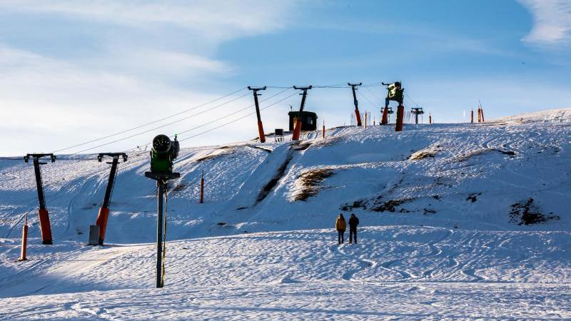Schnee liegt auf dem Feldberg, wo ein Skilift steht. Foto: Philipp von Ditfurth/dpa/Archivbild