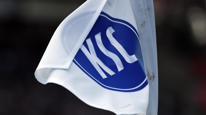 Eine Eckballfahne mit dem KSC Logo weht im Wind. Foto: Uli Deck/dpa/Archivbild