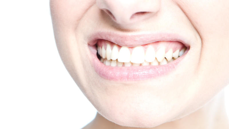 Gesunde Zähne sind nicht nur für ein gepflegtes Äußeres wichtig: Die Zahngesundheit steht in enger Beziehung zu dem allgemeinen Wohlbefinden und den Organen.