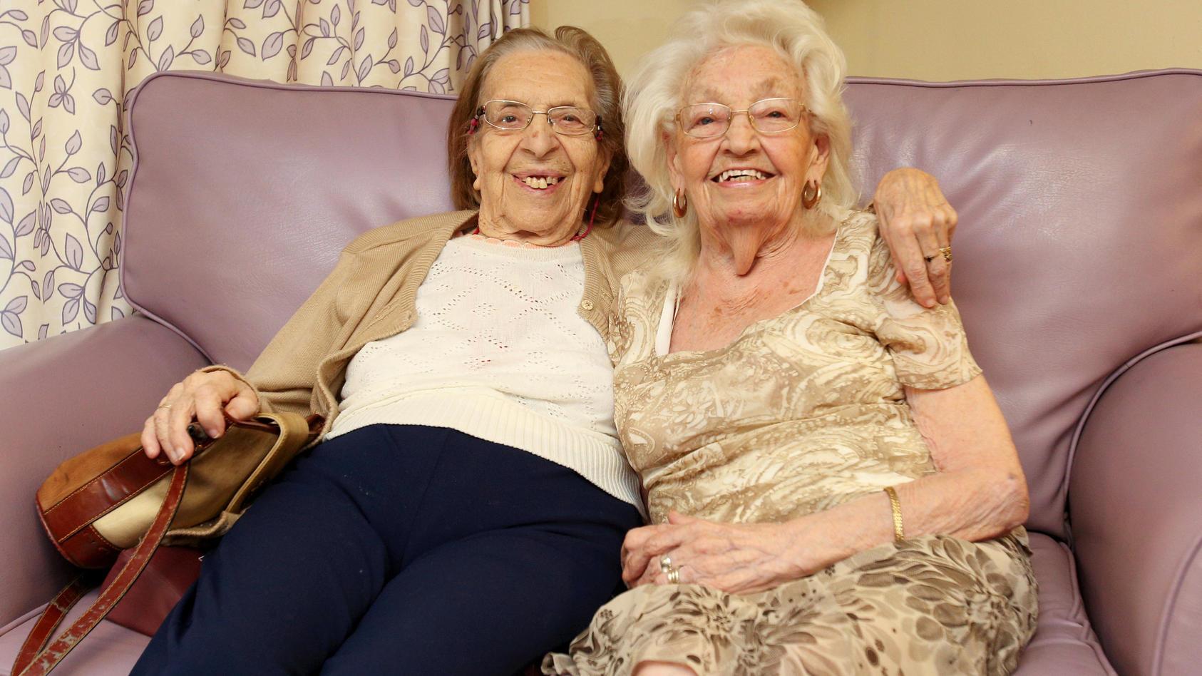 Olive Woodward (links) und Kathleen Saville (beide 89 Jahre alt) sind seit 1941 beste Freundinnen.