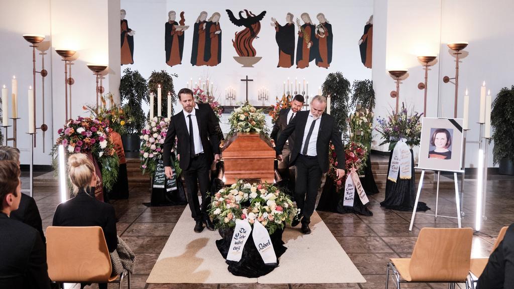 Mitte v.l.: Till (Ben Ruedinger), Paco (Milos Vukovic) und Robert (Luca Maric) tragen Irenes Sarg aus der Trauerhalle.Die Verwendung des sendungsbezogenen Materials ist nur mit dem Hinweis und Verlinkung auf TVNOW gestattet.