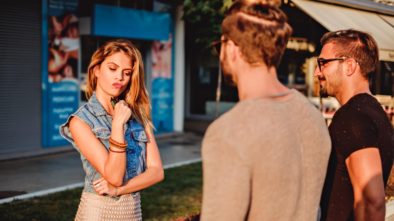 Laut einer Studie haben Frauen in Beziehung eine Art Back-Up Partner, um im Falle einer Trennung nicht alleine zu sein.