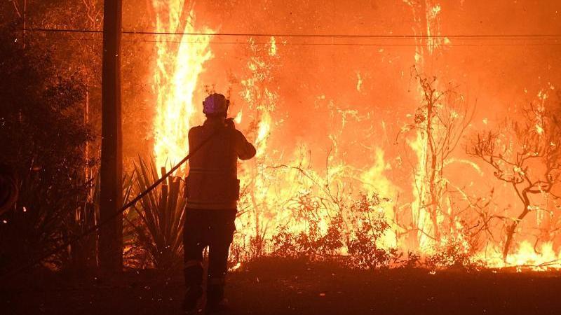 """Unweit von Sydney haben sich mehrere Buschbrände zu einem """"Mega-Feuer"""" vereint. Foto: Dan Himbrechts/AAP/dpa"""