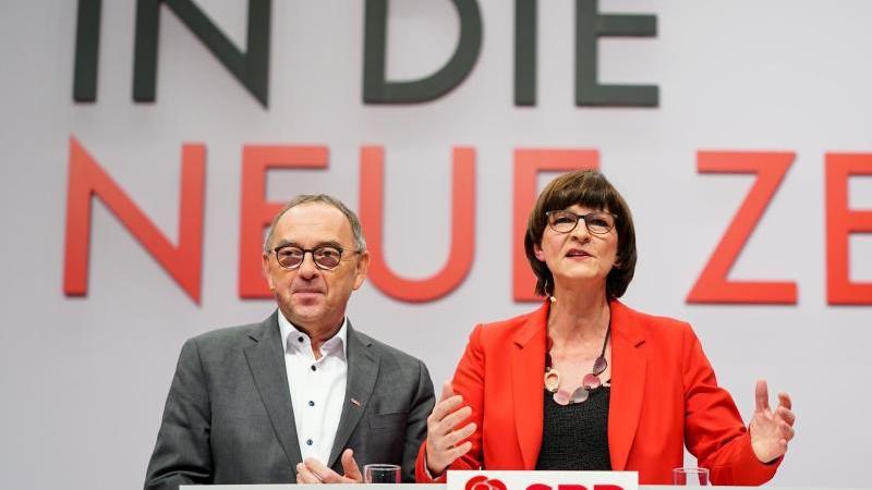 """""""In die neue Zeit"""": Die neue Parteispitze der SPD auf demParteitag in Berlin. Foto: Kay Nietfeld/dpa"""
