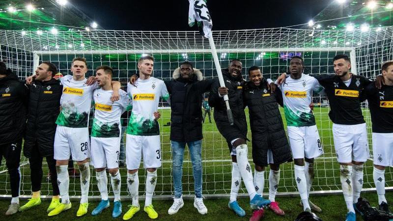 Die Gladbacher Spieler feiern den 2:1-Heimsieg im Klassiker gegen den FCBayern München. Foto: Marius Becker