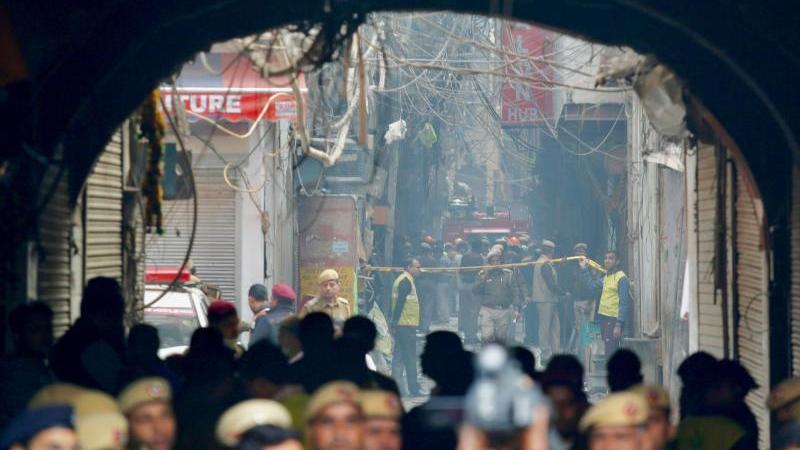 Ein Feuerwehrwagen steht in einer engen Gasse vor dem Unglücksort in Neu Delhi. Foto: Manish Swarup/AP/dpa