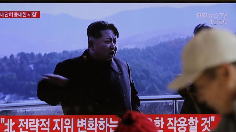 Auf einem Bildschirm in Südkoreas Hauptstadt Seoul laufen Archivbilder von Kim Jong Un. Foto: Lee Jin-Man/AP/dpa