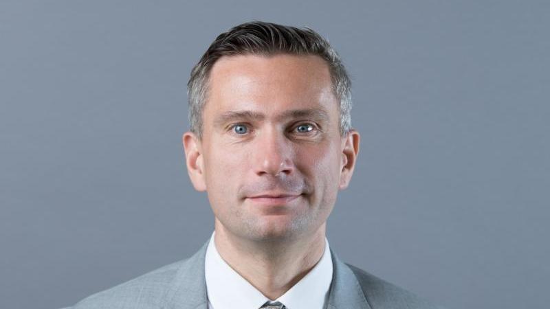 Martin Dulig steht vor einer Fotowand. Foto: Sebastian Kahnert/zb/dpa