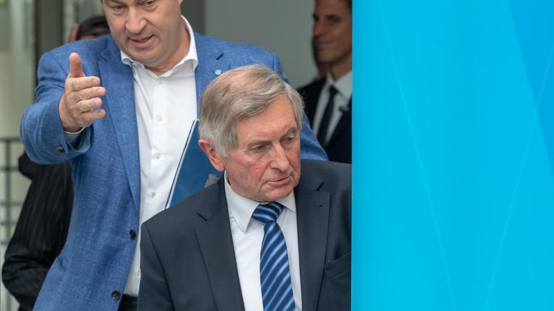 Markus Söder und Alois Glück nehmen an einer Pressekonferenz teil. Foto: Peter Kneffel/dpa