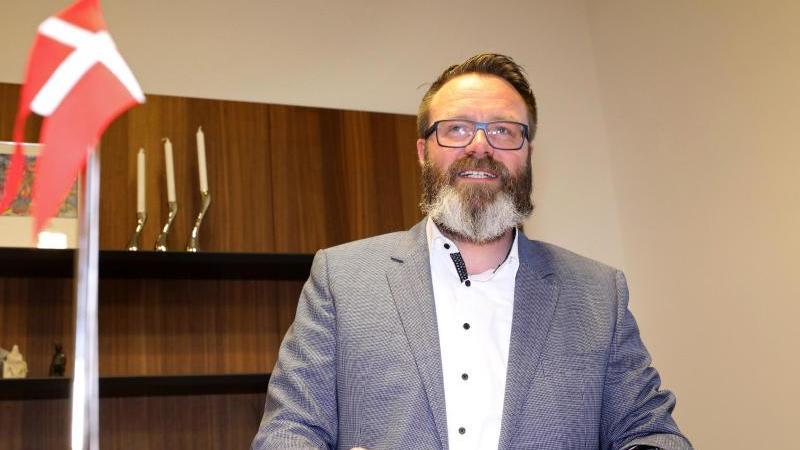 Oberbürgermeister Claus Ruhe Madsen (parteilos) steht am Stehtisch in seinem Büro. Foto: Bernd Wüstneck/dpa-Zentralbild/dpa