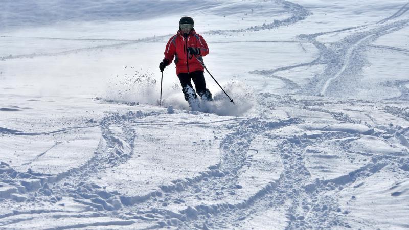 Ein Skifahrer fährt einen Hang hinunter. Foto: Martin Schutt/dpa-Zentralbild/dpa
