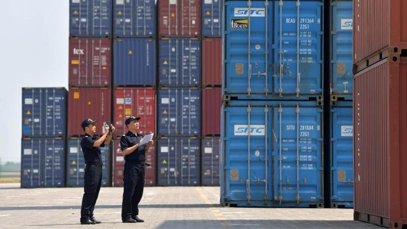Zollbeamte inspizieren im Longtougang Port im chinesischen Nanchang Container. Foto: Peng Zhaozhi/XinHua/dpa