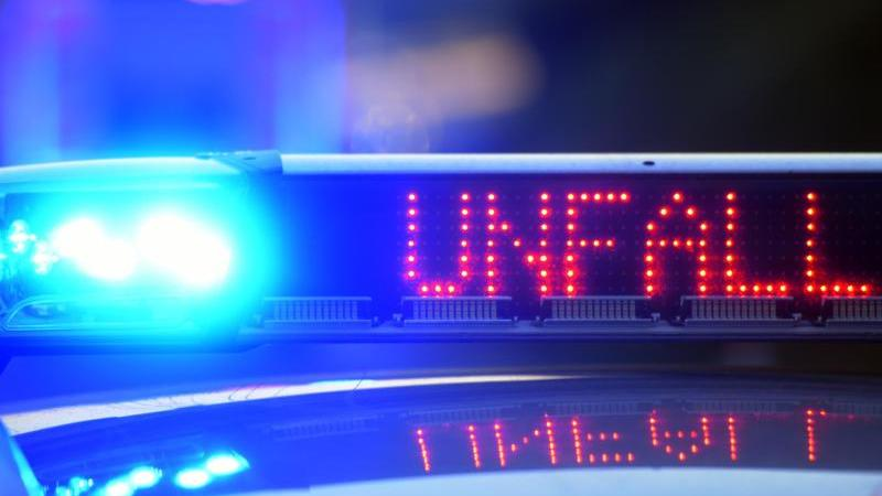 Auf einem Polizeifahrzeug warnt eine Leuchtschrift vor einer Unfallstelle. Foto: Stefan Puchner/dpa