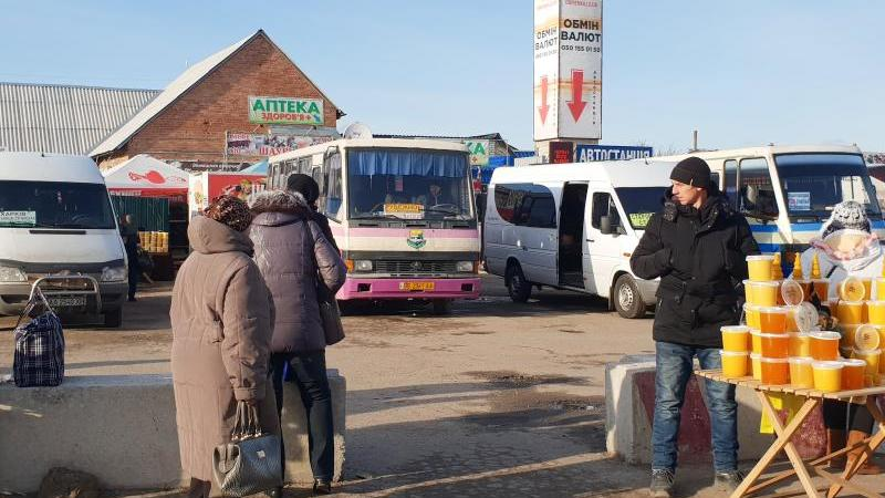 An einem Kontrollpunkt zwischen dem ukrainischen Regierungsgebiet und der Separatistenregion Luhansk floriert der Handel. Foto: Ulf Mauder/dpa