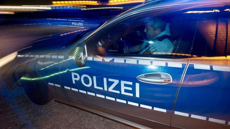 Eine Polizeistreife fährt zu einem Einsatz. Foto: Patrick Seeger/dpa