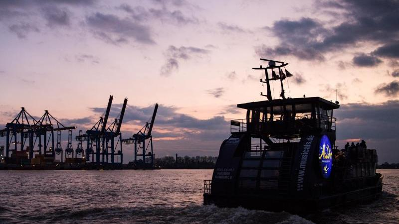 Ein HVV-Fähre fährt bei Sonnenuntergang über die Elbe. Foto: Christophe Gateau/dpa/Archivbild