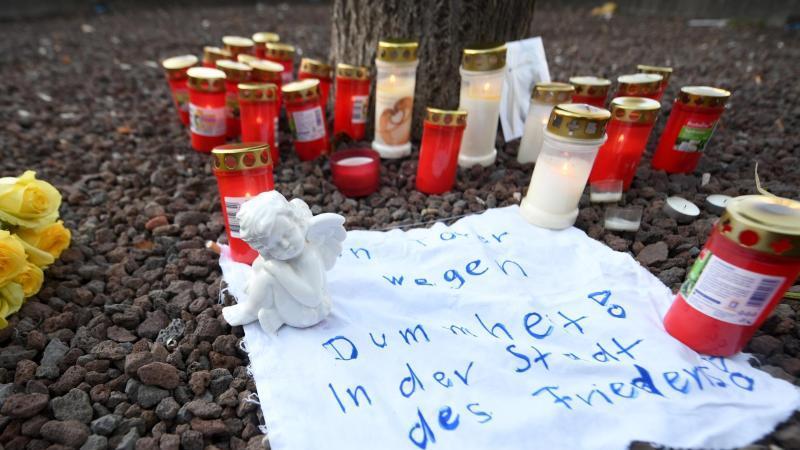 Nach der tödlichen Attacke herrschen in Augsburg Trauer und Entsetzen. Foto: Stefan Puchner/dpa