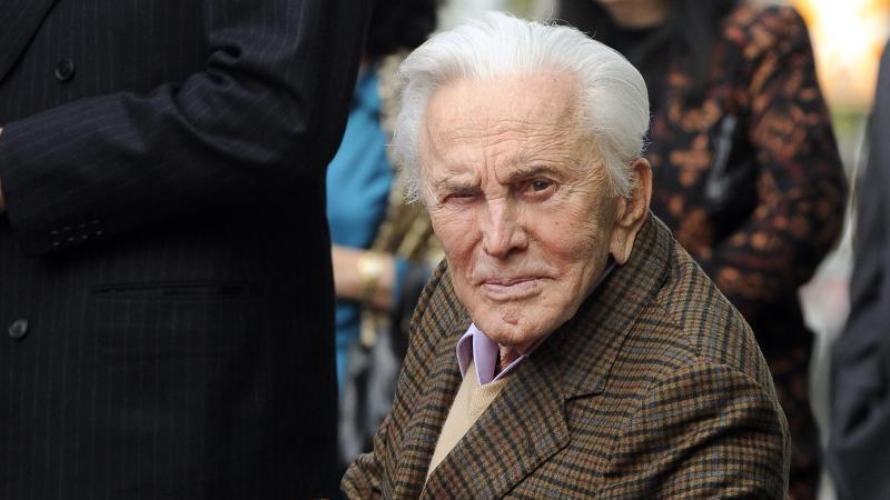 Kirk Douglas 2011 auf dem Hollywood Walk of Fame. Der Schauspieler wird am 9. Dezember 103 Jahre alt. Foto: Paul Buck/EPA FILE/dpa