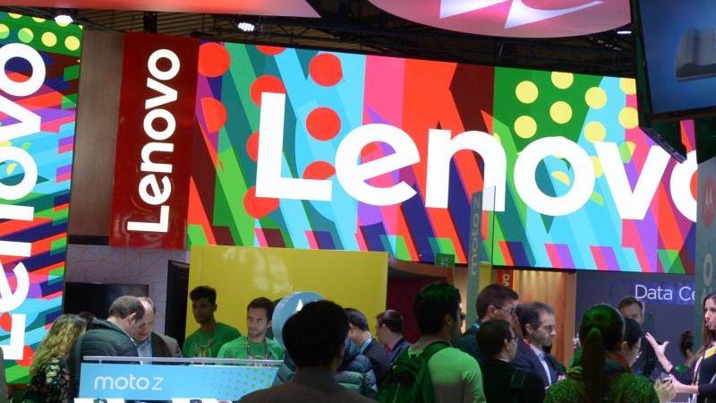 Der Stand des weltgrößten PC-Hersteller Lenovo und seiner Marke Motorola ist 2017 auf dem Mobile World Congress in Barcelona zu sehen. Chinas Behörden sollen nach einem Zeitungsbericht innerhalb von drei Jahren auf ausländische Computertechnologie oder So