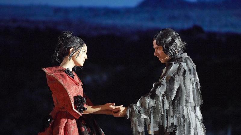 """Kate Lindsey (l) als Orlando und Leigh Melrose als Shelmerdine/Greene in der Oper """"Orlando"""" an der Wiener Staatsoper. Foto: Michael Pöhn/WIENER STAATSOPER GMBH /APA/dpa"""