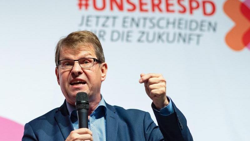 Der ehemalige SPD-Vizevorsitzende Ralf Stegner ist auf den Telefonscherz eines Youtubers hereingefallen, der ihm den Posten von Finanzminister Olaf Scholz angeboten hatte. Foto: Guido Kirchner/dpa