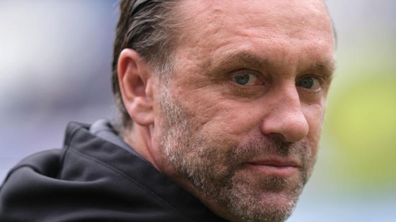 Thomas Doll, der damalige Trainer von Hannover 96, steht vor dem Spiel in der Arena. Foto: Peter Steffen/dpa/Archivbild