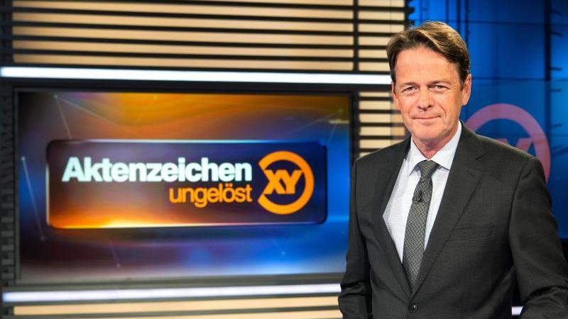 """Moderator Rudi Cerne im Studio der Sendung """"Aktenzeichen XY ... ungelöst"""". Foto: Sina Schuldt/dpa/Archivbild"""