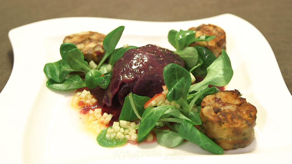 Geschmorte Rotkohlpäckchen mit Brezelknödel und Apfel-Feldsalat