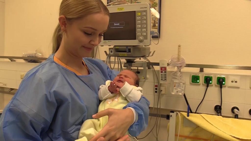 Eine Krankenschwester kümmert sich um Findelkind Luisa.