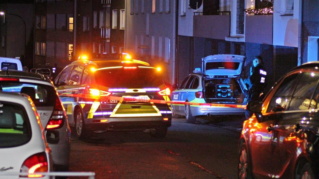 07.12.2019, Nordrhein-Westfalen, Wuppertal: Polizisten sind auf einer abgesperrten Straße im Einsatz. Bei einem Polizeieinsatz haben Beamte am Samstag einen Mann mit Schüssen tödlich verletzt. Nach ersten Erkenntnissen hatte der 25-jährige Wuppertale