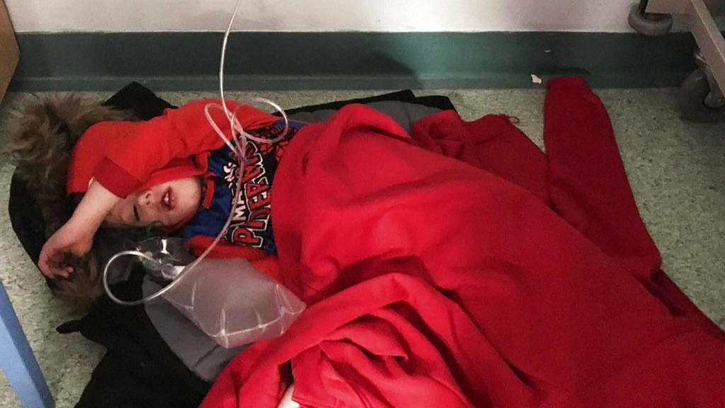 Dieses Bild eines kranken Jungen war Boris Johnson offenbar so unangenehm, dass er dem Reporter das Handy klaute. Der Junge war stundenlang auf dem Boden eines Krankenhauses liegen gelassen worden.