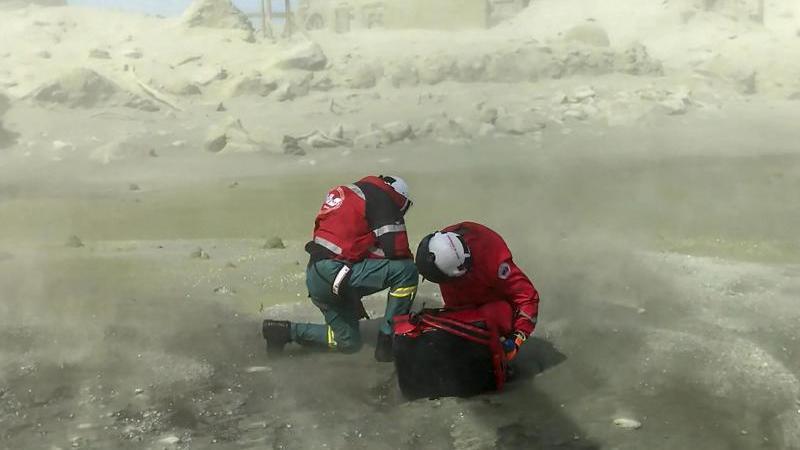 Rettungskräfte auf der Vulkaninsel White Island. Aus der Touristeninsel ist nach dem Ausbruch von Neuseelands gefährlichstem Vulkan eine Todeszone geworden. Foto: -/XinHua/dpa