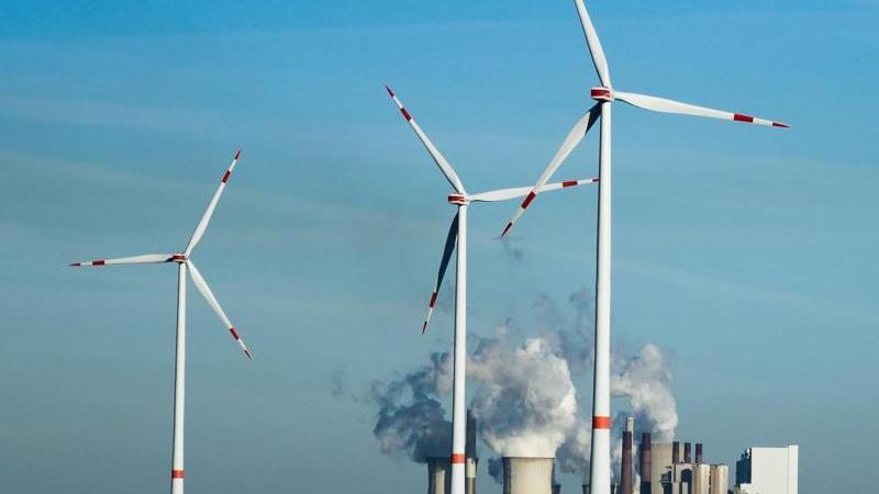 Windräder stehen vor dem Braunkohlekraftwerk Neurath. - Im Klimaschutz-Index mehrerer Organisationen liegt Deutschland noch hinter Staaten wie Indien oder Brasilien. Foto: Christophe Gateau/dpa