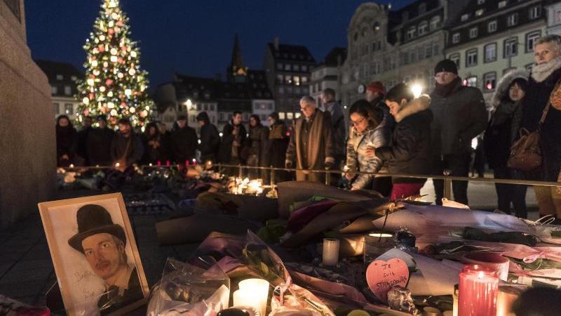 Kerzen zum Gedenken an die Opfer des Anschlags auf dem Weihnachtsmarkt in Straßburg. Foto: Jean-Francois Badias/AP/dpa/Archivbild