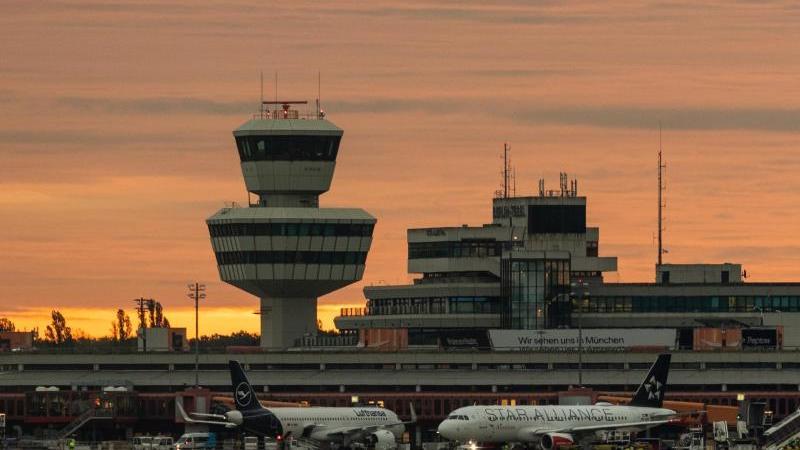 Flugzeuge stehen auf dem Rollfeld des Flughafens Berlin-Tegel. Foto: Christophe Gateau/dpa/Archivbild