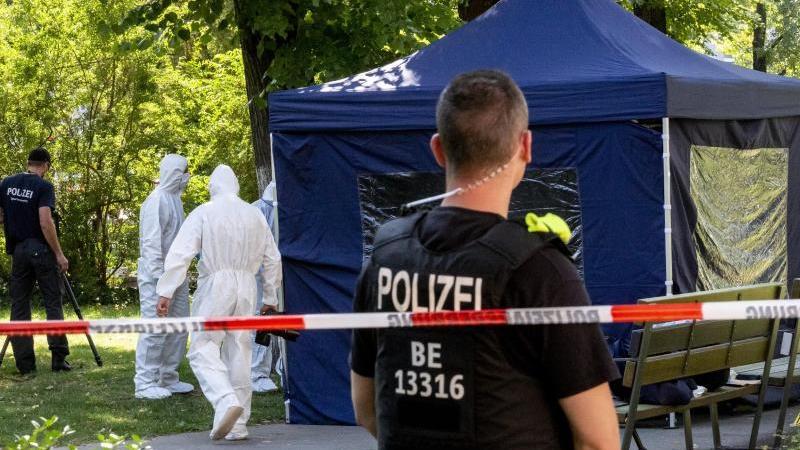 Beamte der Spurensicherung sichern in einem Faltpavillon Spuren am Tatort. Foto: Christoph Soeder/dpa/Archivbild