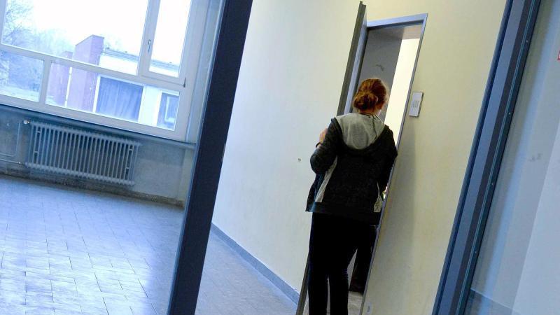 Eine Schülerin geht in einen Klassenraum. Foto: Peter Steffen/dpa/Archivbild