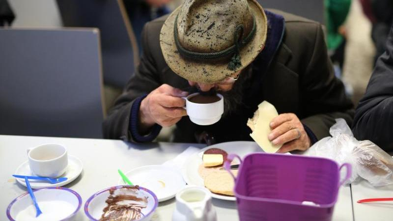 Ein Obdachloser frühstückt in einer ökumenischen Wohnungsloseninitiative. Foto: Ina Fassbender/dpa/Archivbild