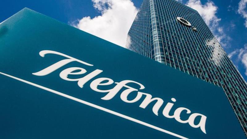 Das Logo des Telekommunikationsanbieters Telefonica ist auf einem Schild vor dem O2-Uptown-Hochhaus zu sehen. Foto: Lino Mirgeler/dpa