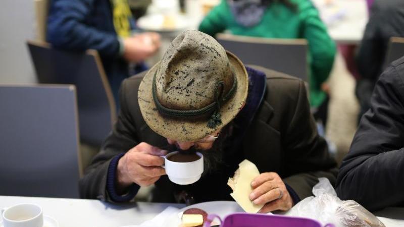 Ein Obdachloser frühstückt in einer Wohnungsloseneinrichtung in Dortmund. Foto: Ina Fassbender/dpa