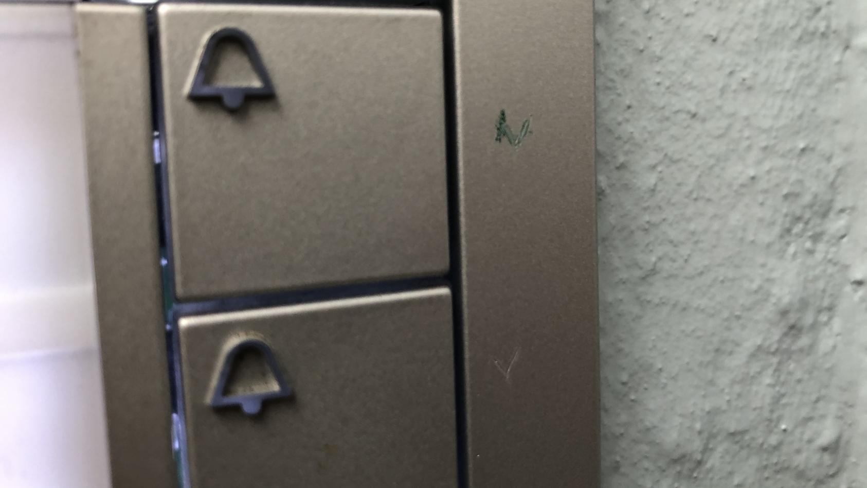 Diese mysteriösen Zeichen sind an Klingeln in Hamburg zu sehen.