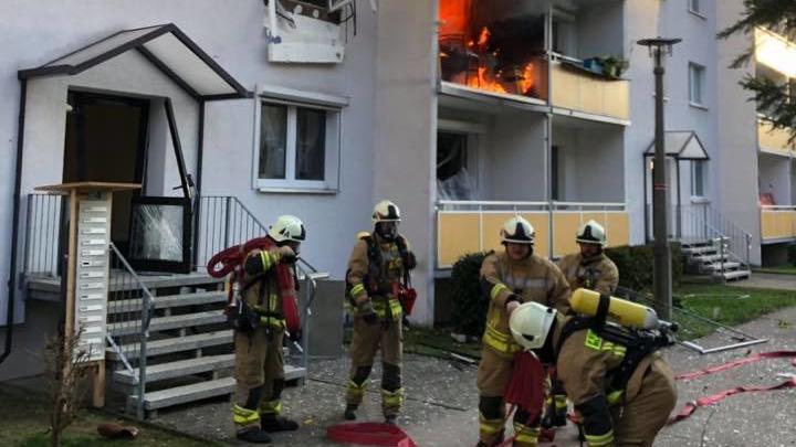 Feuer schlagen aus einer Wohnung