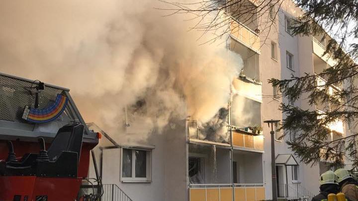 Rauch strömt aus einer Wohnung